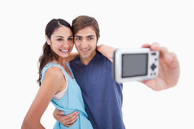 Młoda para robi sobie zdjęcie