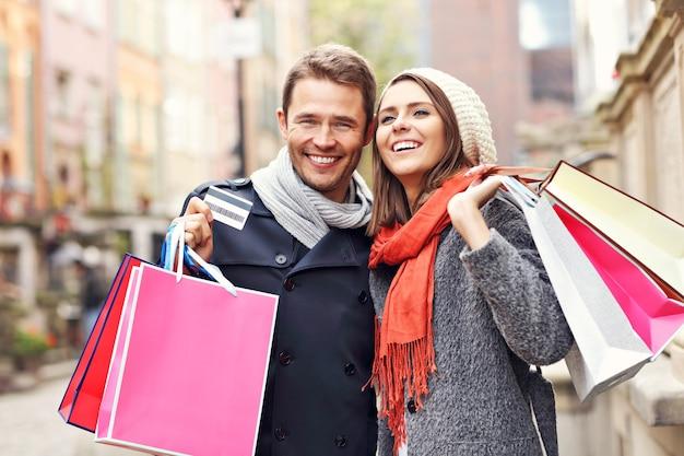 Młoda para robi zakupy w mieście
