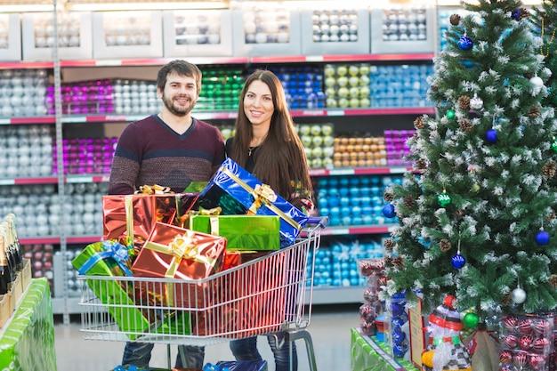 Młoda para robi zakupy w supermarkecie na choinkę