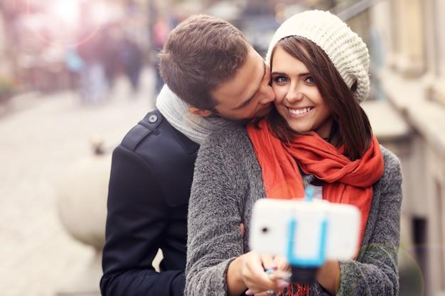 Młoda para robi zdjęcia kijem sefie