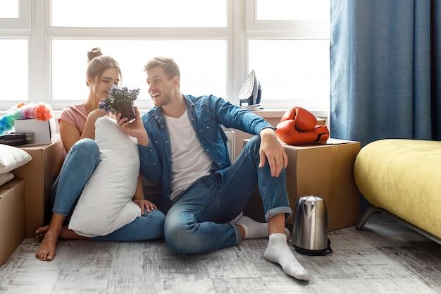 Młoda para rodzinna kupiła swoje pierwsze małe mieszkanie