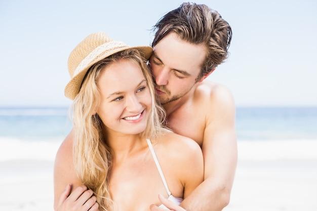 Młoda para romancing na plaży
