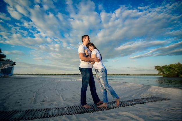 Młoda para romantyczna randka na piaszczystej plaży.