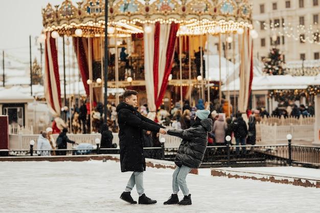 Młoda para romantyczny bawi się na świeżym powietrzu zimą przed świętami bożego narodzenia