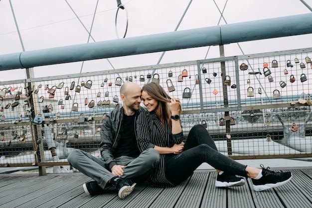 Młoda para romantyczny na nabrzeże rzeki