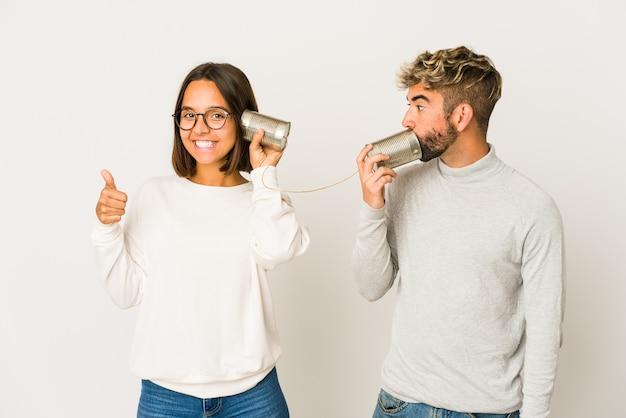 Młoda para rozmawia przez puszki