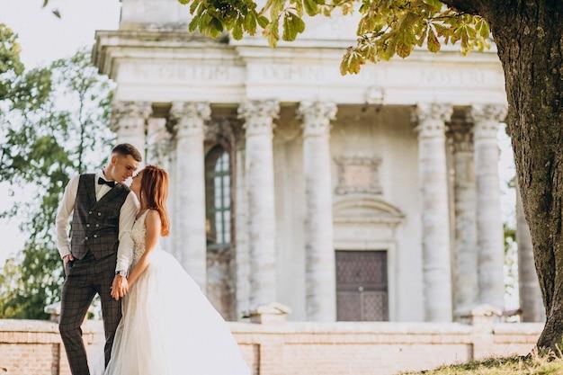 Młoda para sesji zdjęciowej małżeństwa na zewnątrz