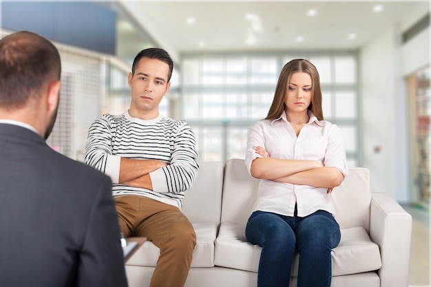 Młoda para siedzi na kanapie u psychoterapeuty.