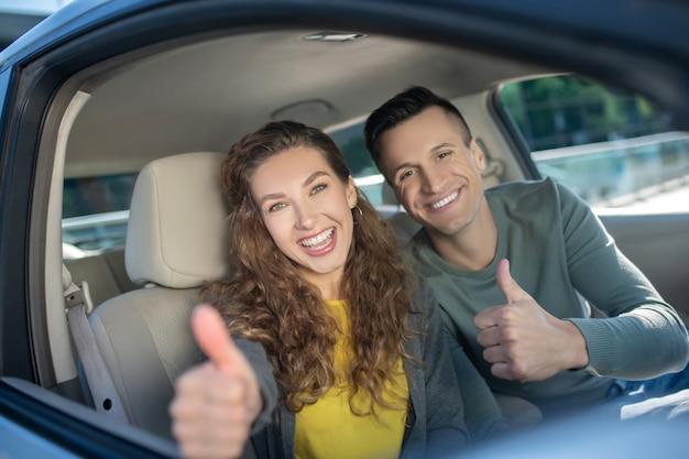 Młoda para siedzi w samochodzie i czuje się niesamowicie