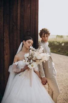 Młoda para ślubna na weselu