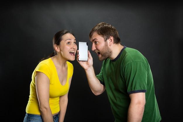 Młoda para słuchając żartu