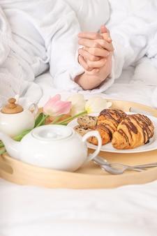 Młoda para smaczne śniadanie w łóżku w domu