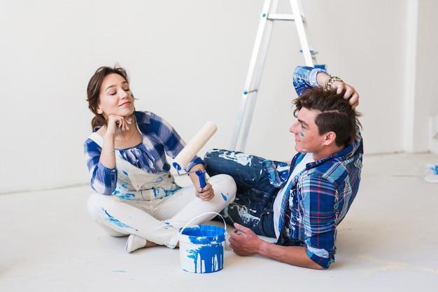 Młoda para śmieszne robi remont w nowym mieszkaniu