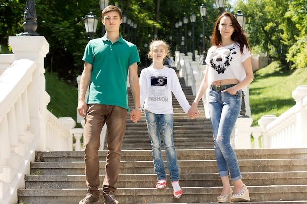 Młoda para spacerująca z młodą dziewczyną