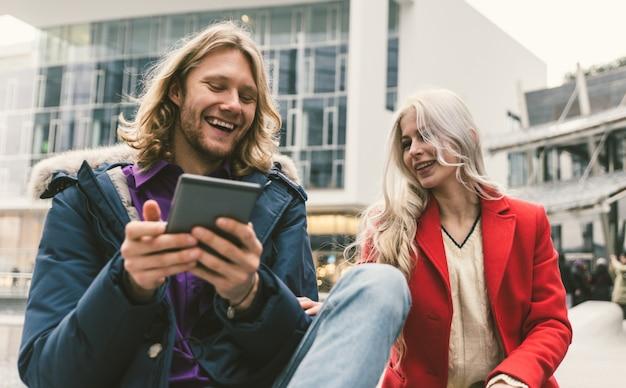 Młoda para spędza czas po południu i ogląda ebooki na tablecie