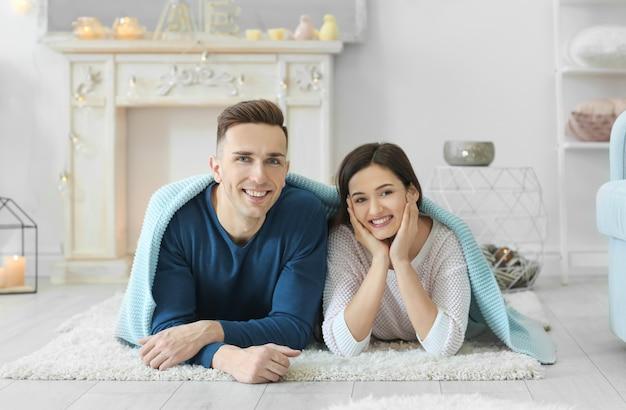 Młoda para spędza razem czas na zimowych wakacjach w domu