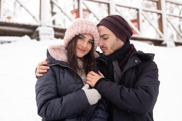Młoda para spędzała czas w zaśnieżonym parku zimą
