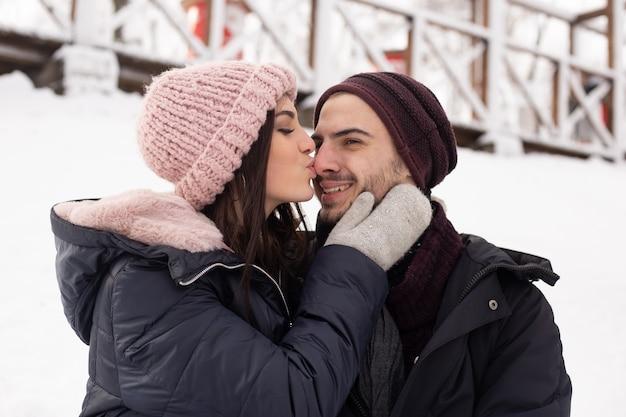 Młoda para spędzała razem czas w zaśnieżonym parku zimą