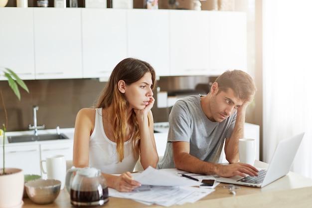 Młoda para sprawdza swój budżet rodzinny