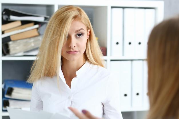 Młoda para stara się o pożyczkę u konsultanta bankowego