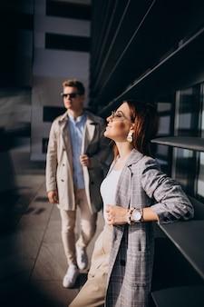 Młoda para stoi przy budynku