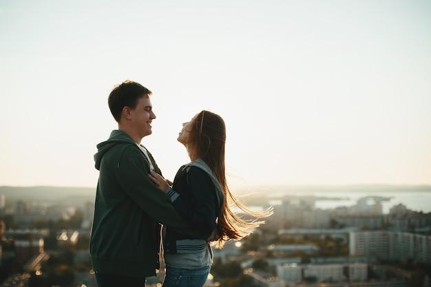 Młoda para stylowe przytulanie na dachu