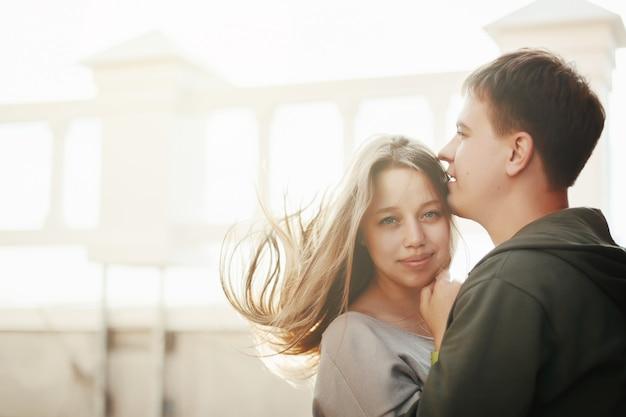 Młoda para stylowe przytulanie na ulicy