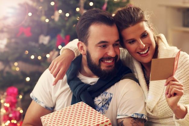 Młoda para świętuje boże narodzenie w domu