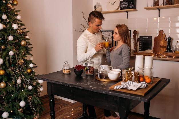 Młoda para świętuje boże narodzenie w kuchni