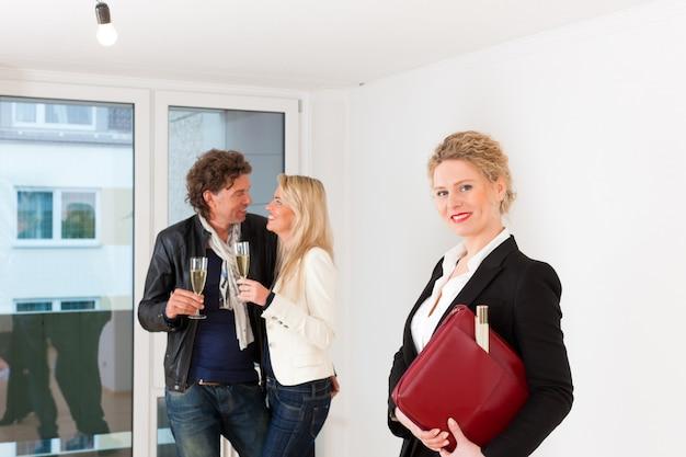 Młoda para szuka nieruchomości z nieruchomościami kobiet