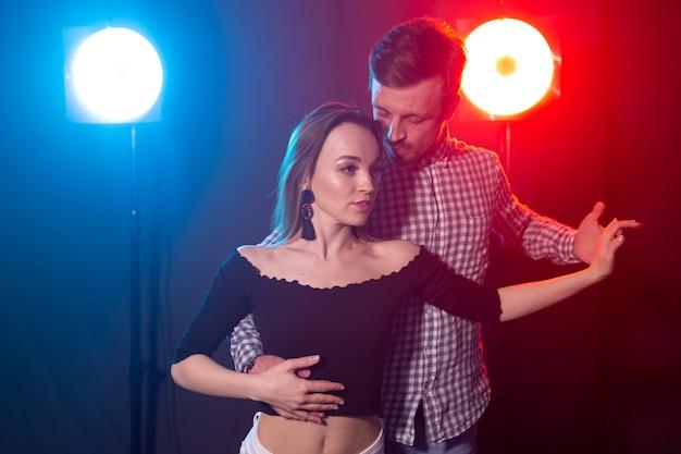 Młoda para tańczy bachatę i salsę