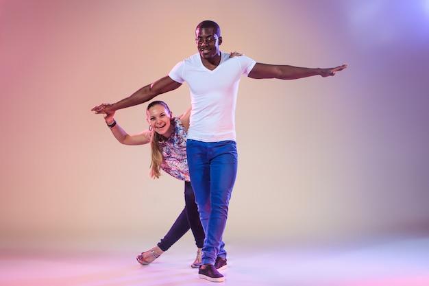 Młoda para tańczy społecznej salsy karaibskiej, wyśmienity