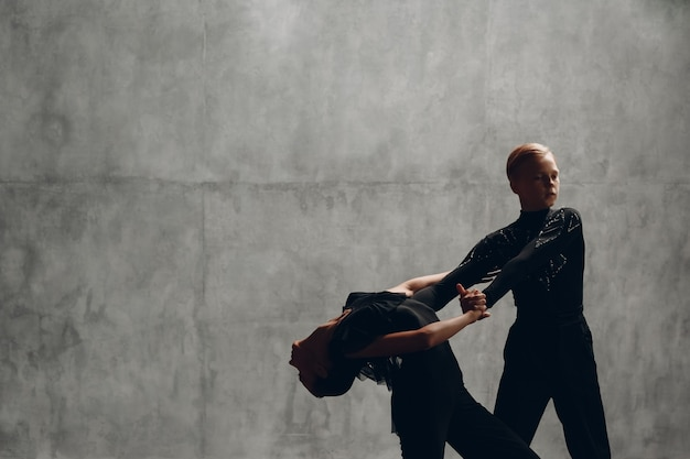 Młoda para tańczy w tańcu towarzyskim paso doble.