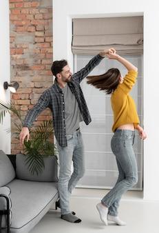 Młoda para tańczy