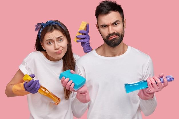 Młoda para trzymając środki czyszczące