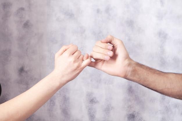 Młoda para trzymająca małe palce