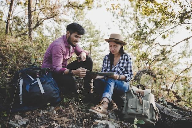 Młoda para turystów i patrząc na mapę, aby znaleźć sposób