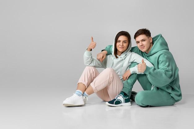 Młoda para ubrana w miętową zieloną bluzę z kapturem