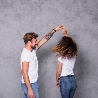 Młoda para w białym tańcu