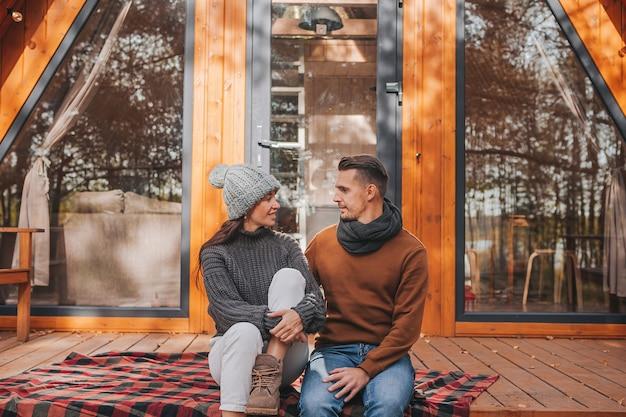 Młoda para w ciepły jesienny dzień na tarasie swojego domu