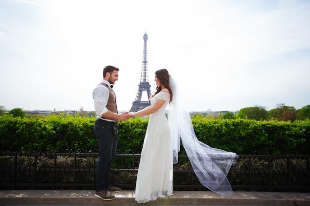 Młoda para w dniu ślubu w paryżu