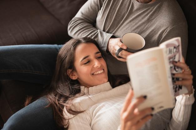 Młoda para w domu spędzać czas razem