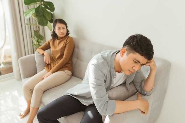Młoda para w kłótni w domu