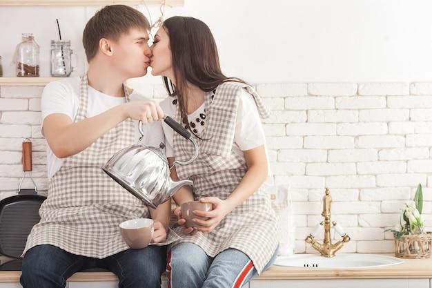 Młoda para w kuchni. mężczyzna i kobieta, gotowanie. chłopak i dziewczyna w pomieszczeniu w kuchni.