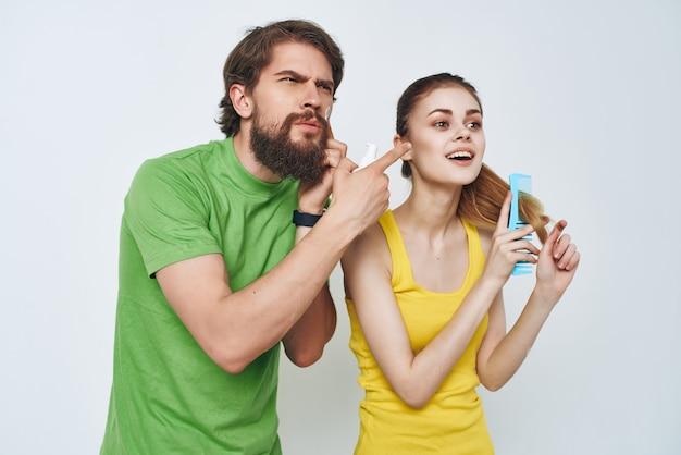 Młoda para w łazience rano higiena twarzy
