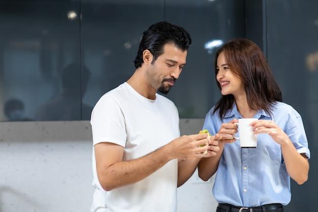 Młoda para w miłości. atrakcyjna kobieta i przystojny mężczyzna gotują w kuchni
