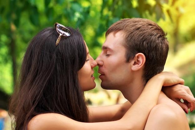 Młoda para w miłości. młoda piękna zakochana para.