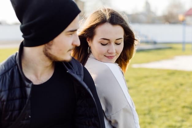 Młoda para w miłości, siedząc w parku