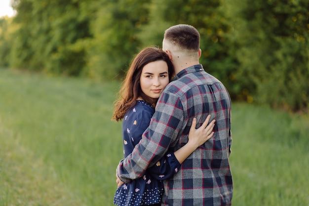 Młoda para w miłości, zabawy i cieszyć się piękną przyrodą
