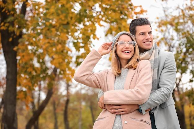 Młoda para w parku w jesienny dzień